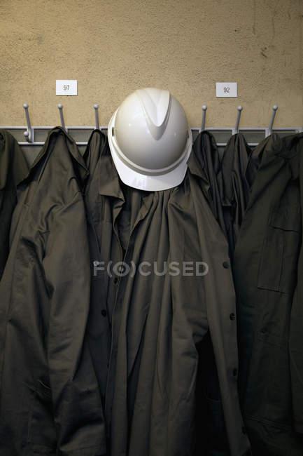 Жорсткий капелюх і Уніформа висить на гачки — стокове фото