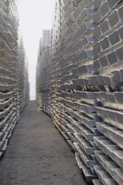 Beco entre bullion de alumínio empilhado — Fotografia de Stock