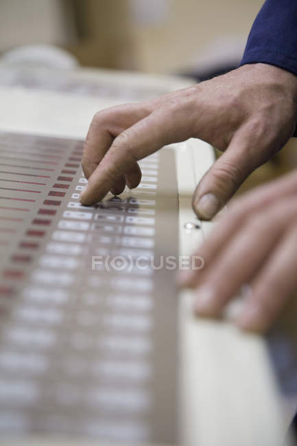 Macchina da stampa operante a mano maschile per colture in fabbrica — Foto stock