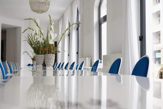 Ebene Oberflächenansicht von Vasen mit Blumen auf Tisch — Stockfoto