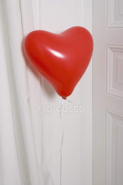 Закрыть вид на красный шарик в форме сердца — стоковое фото
