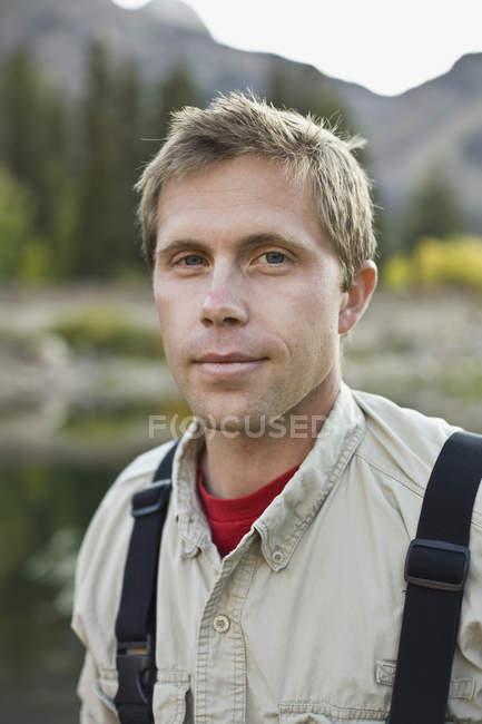 Портрет чоловіка зі світлим волоссям і блакитні очі, стоячи в природі — стокове фото
