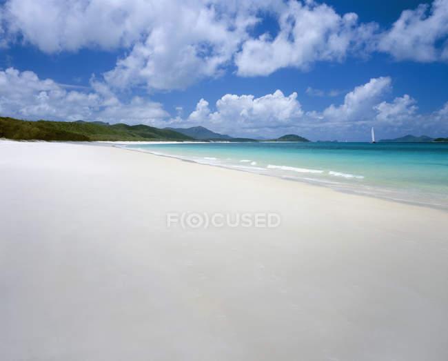 Vista idilliaca sulla spiaggia di Whitehaven nella giornata di sole — Foto stock