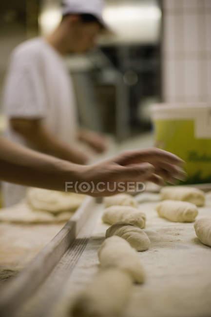 Mano di raccolto preparano pasta in panetteria — Foto stock