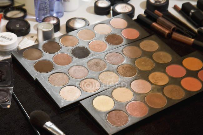 Nahaufnahme von Make-up über den Ladentisch verstreut — Stockfoto