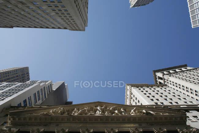 Нижній уявлення про небо над Уолл-стріт — стокове фото