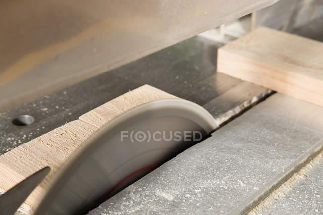 Dettaglio del taglio del legno sega circolare — Foto stock