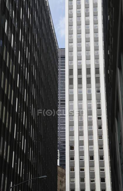 Vista exterior de las fachadas del edificio de oficinas - foto de stock