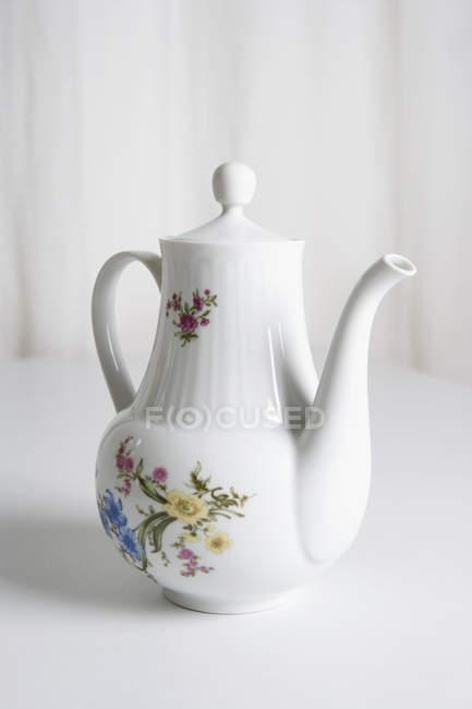Керамічні чайник з квітковим візерунком — стокове фото