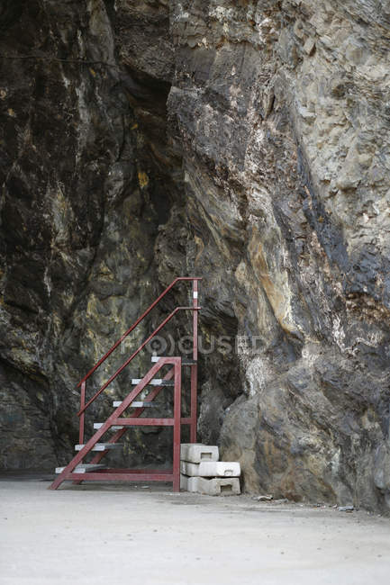 Step ladder next to cave wall — Stock Photo