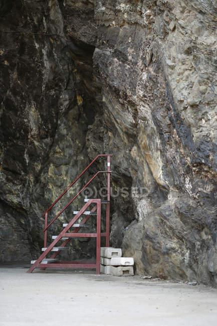 Крок сходи поруч із печеру стіни — стокове фото