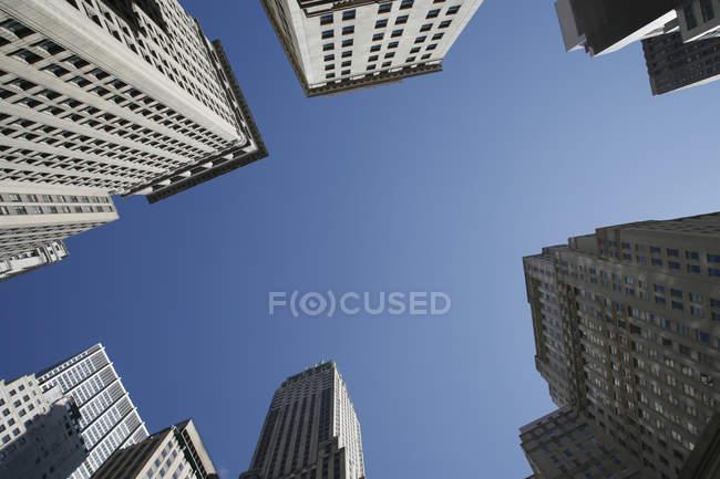 Vista dal basso delle facciate di grattacieli sulla priorità bassa del cielo — Foto stock