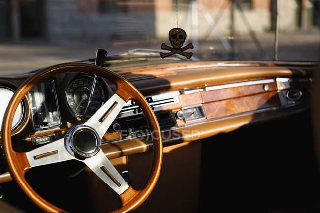 Lenkrad und sonnenbeschienenen Armaturenbrett Oldtimers — Stockfoto