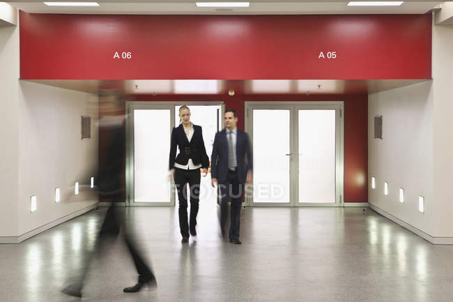 Pessoas de negócios, caminhando em direções diferentes — Fotografia de Stock