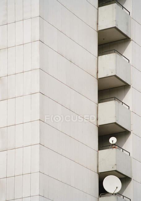 Scala esterna di un condominio con antenne satellitari — Foto stock
