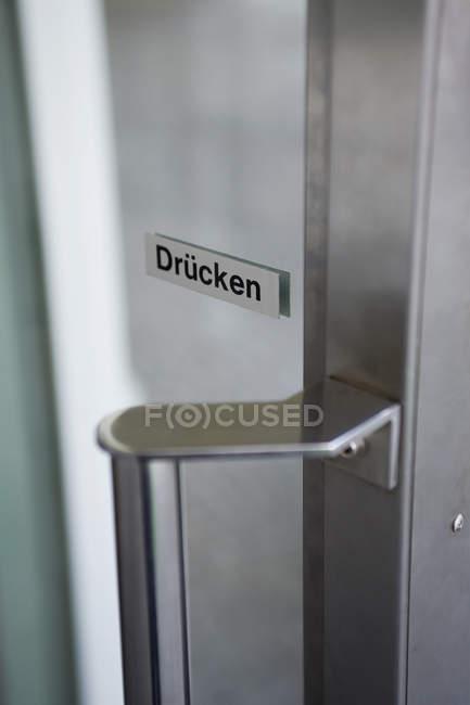 Дверь с надписью на немецком языке — стоковое фото