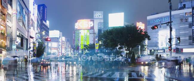 Vue panoramique de la ville illuminée dans la nuit — Photo de stock
