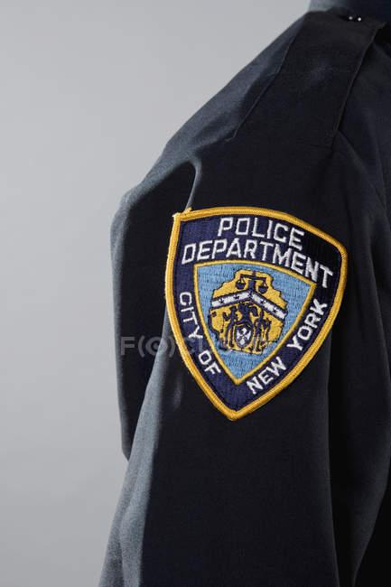 Крупный план полицейского участка на форме — стоковое фото