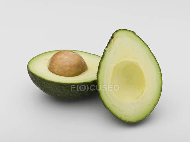 Крупным планом зрения авокадо пополам на белом фоне — стоковое фото