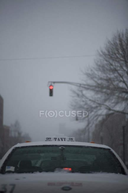 Rückansicht eines Taxis an roter Ampel angehalten — Stockfoto