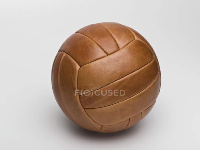 Vintage Lederball des Sports auf weißem Hintergrund — Stockfoto