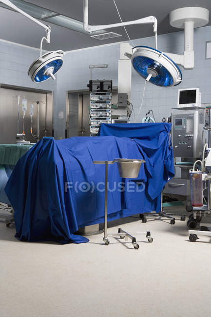 Interior view of operating theater with dead body covered with blue drape — Stock Photo