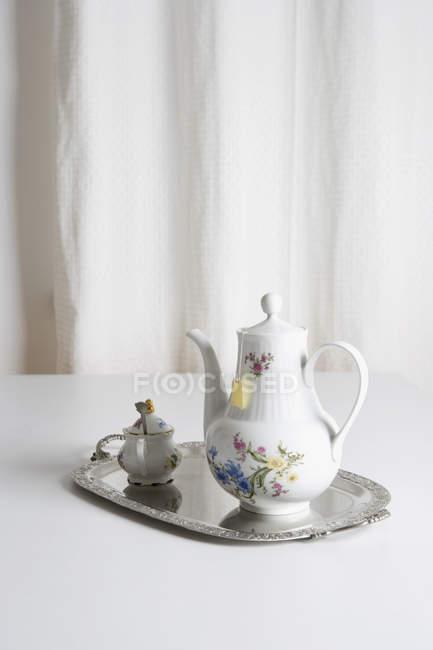 Conjunto de té de cerámica victoriana en bandeja - foto de stock