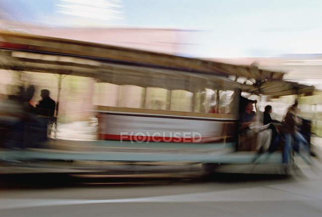 Размытый снимок фуникулера на солнечной улице — стоковое фото