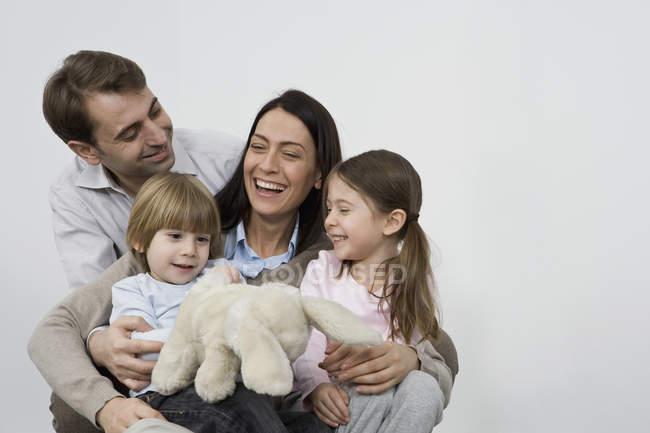 Сім'я з чотирьох сміються разом — стокове фото