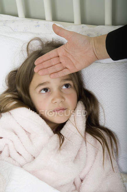Una ragazza sdraiata a letto non sta bene — Foto stock
