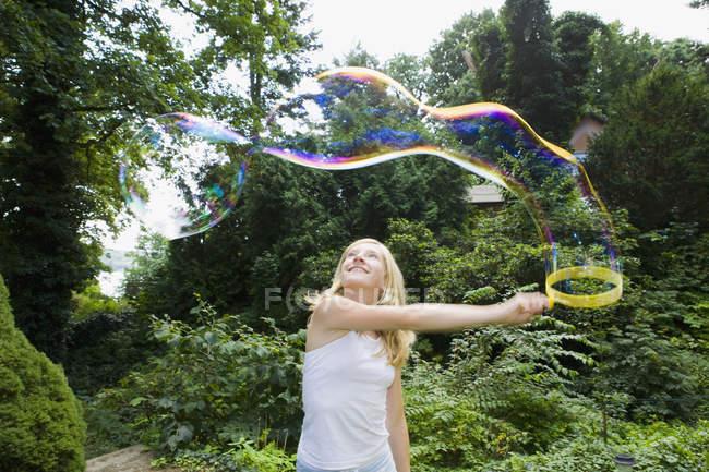 Mädchen, das Bläschen mit einer Blase wand — Stockfoto