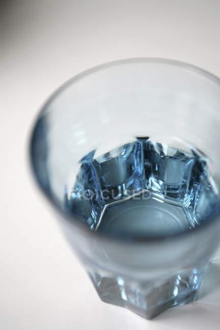 Закройте вид на стакан воды на столе — стоковое фото