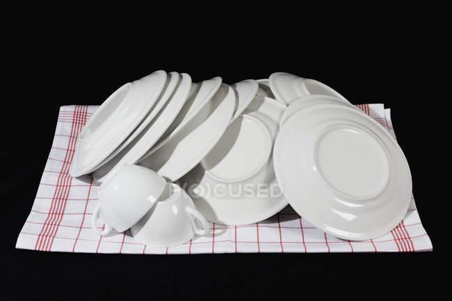 Мішок чистого посуду на рушник блюдо — стокове фото
