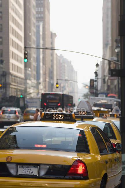 Переглянути таксі, водіння по вулиці в Манхеттен — стокове фото