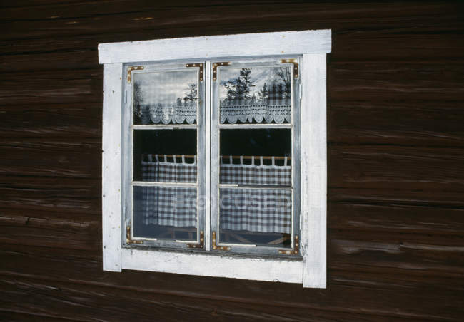 Weißes Fenster in Holzfassade — Stockfoto