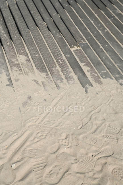 Ступени на песке, покрывающие деревянные палубы — стоковое фото