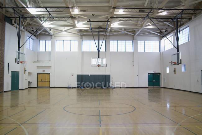 Внутренний вид пустого спортзала в школе — стоковое фото