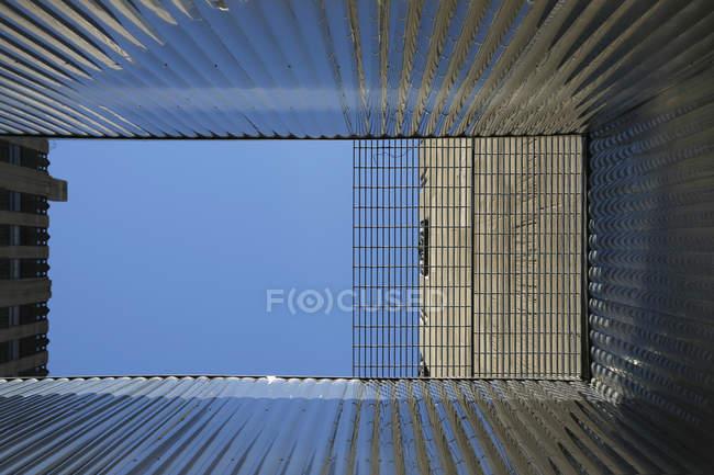 Vue de dessous des parois en tôle ondulées du bâtiment — Photo de stock
