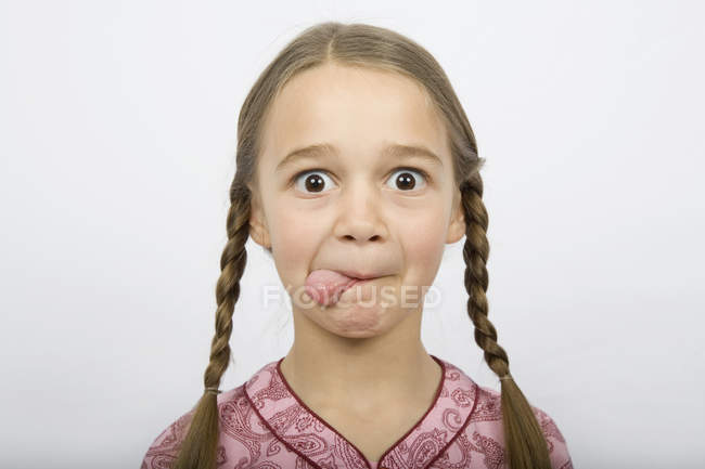Una ragazza che sporgeva la lingua — Foto stock