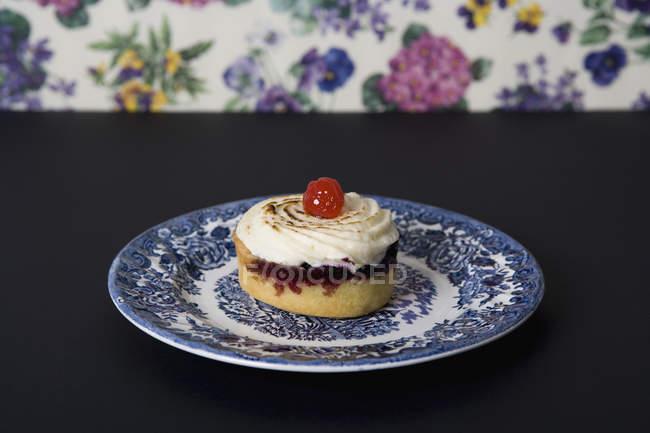 Chiuda sulla vista di torta sul piatto di ceramica sul tavolo — Foto stock