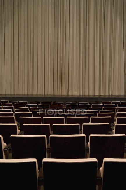 Закрытые занавес в пустой театр — стоковое фото