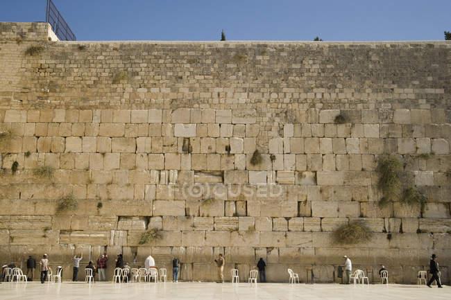 Große Gruppe von Männern beten an Klagemauer, Jerusalem, Israel — Stockfoto