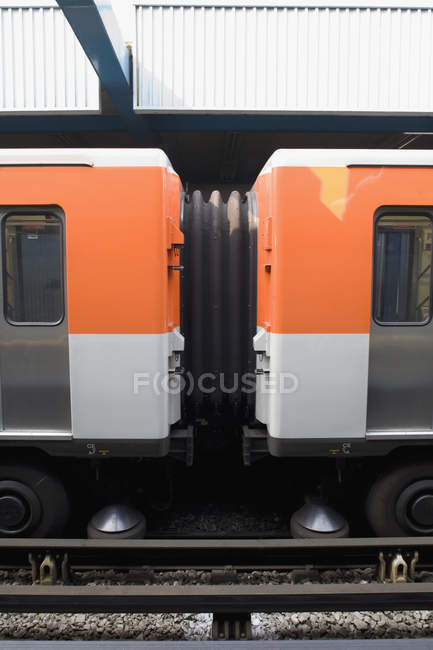 Вид сбоку поезда вагонов подключения — стоковое фото