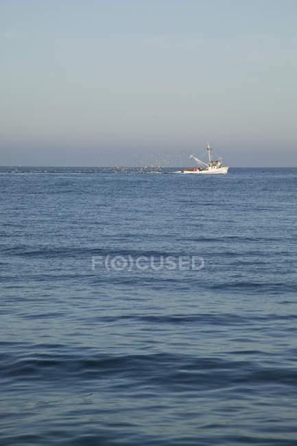 Vista distante da traineira de pesca no mar — Fotografia de Stock