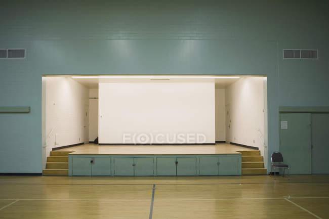 Пустая подсветка сцены в гимназии — стоковое фото