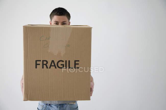 Мальчик-подросток держит картонную коробку — стоковое фото