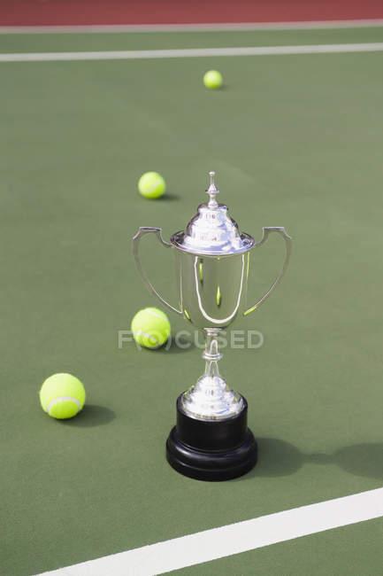 Troféu de prata e bolas de tênis no campo de ténis — Fotografia de Stock
