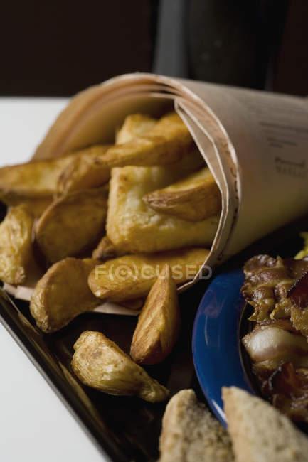 Bouchent la vue de portion de poisson et frites — Photo de stock