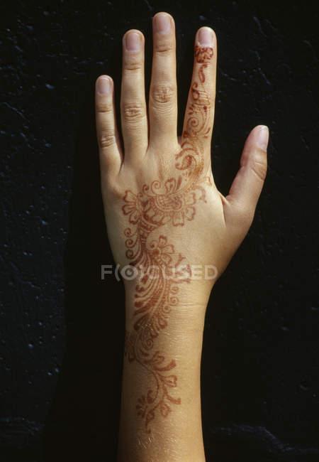Ernte weibliche Hand mit Mehendi-Malerei auf Schwarz — Stockfoto