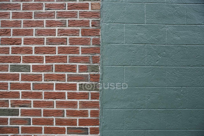 Halves of brick and concrete wall — Stock Photo